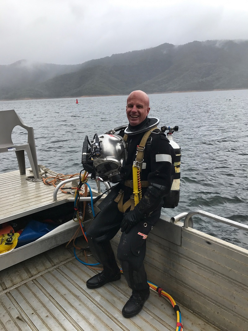commercial-diver-with-helmet