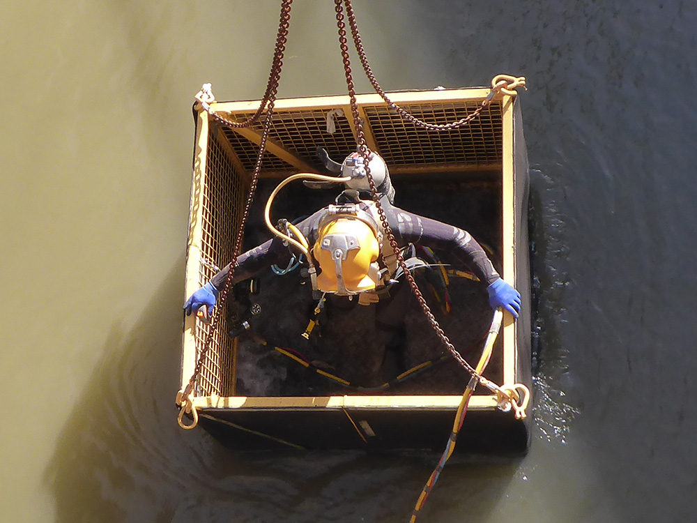Occupational diver lowered into Murray River