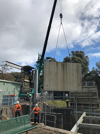 Lake-Eildon-Pondage-Bulkhead-lowered-into-water-with-crane