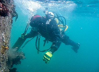 PDS Diver working on beacon