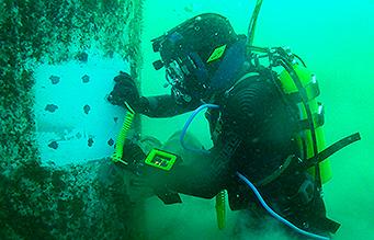 Diver performing uderwater non destructive testing task